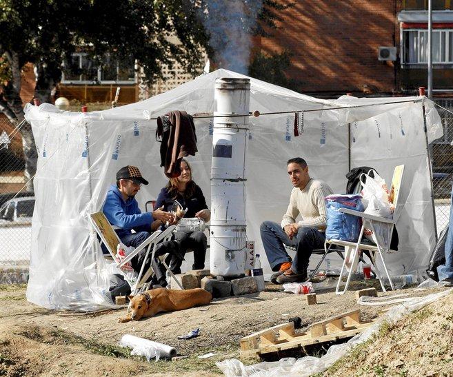 Imagen de archivo de tres jóvenes acampados en 2008 para conseguir un...