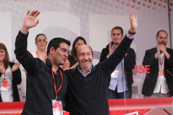 Nino Torre con Alfredo Pérez-Rubalcaba, mano hacia el cielo, gente...