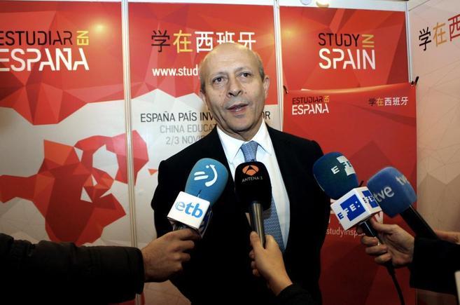 José Ignacio Wert, rodeado de micrófonos