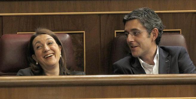 Soraya Rodríguez, riéndose con Eduardo Madina en el Congreso