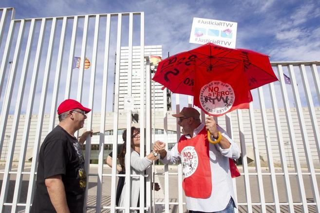Concentración de los trabajadores de RTVV en la sede de Burjassot.