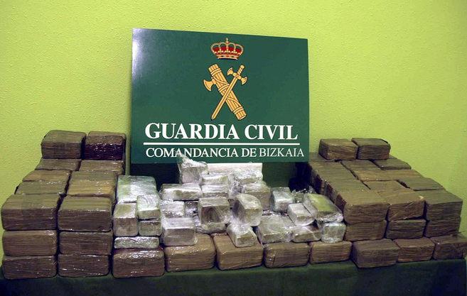 Fotografía facilitada por la Guardia Civil de la droga incautada.