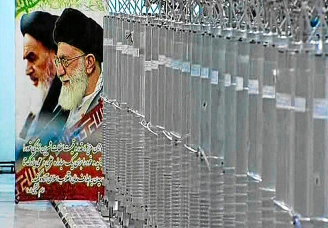 Imágenes del ayatolá Jomeini y de su sucesor, Jamenei, junto a un...