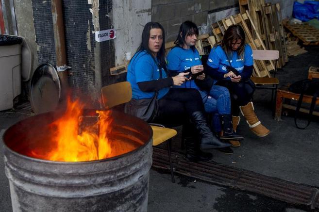 Trabajadores de la fábrica de Edesa de Fagor en Basauri, durante su...