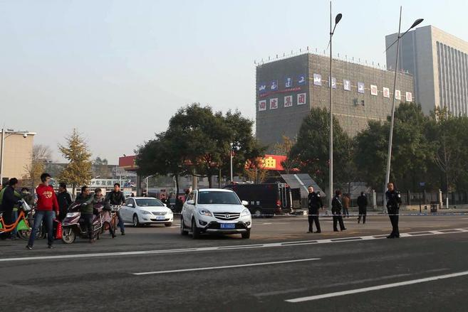 La policía acordona la zona de la explosión.