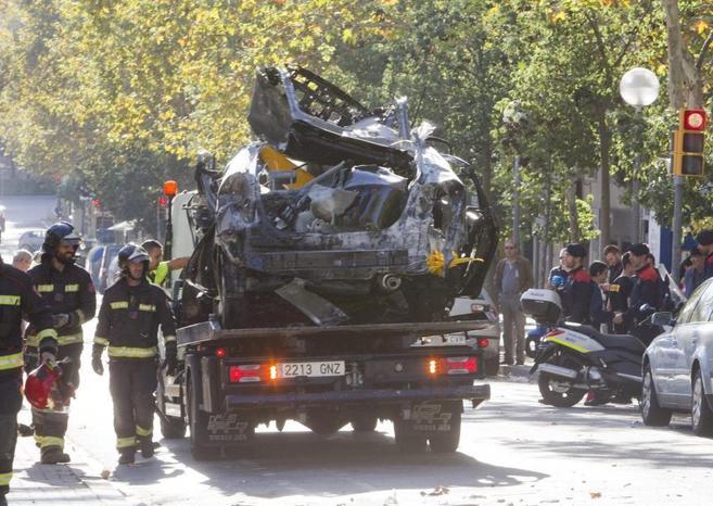 Vista del taxi a gas que este mediodía ha explotado en Barcelona.