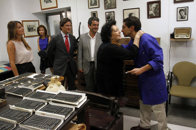Aitana Alberti saluda al tipógrafo de la malagueña Imprenta Sur,...