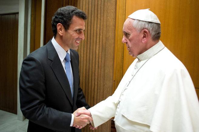 Capriles estrecha la mano del Papa Francisco en el Vaticano.