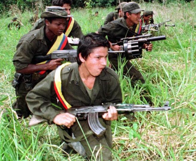 Guerrilleros de las FARC patrullan la selva cerca de Miraflores.