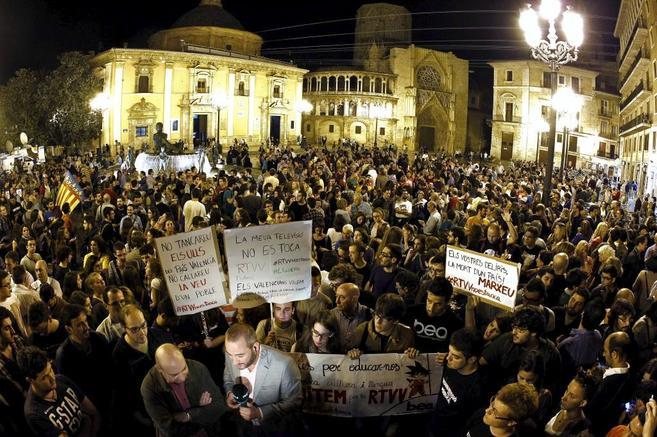 .Concentración en la plaza de la virgen en protesta por el cierre de...