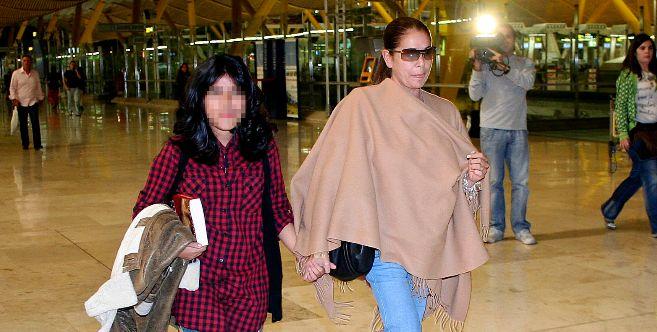 Isabel Pantoja y su hija, en el aeropuerto de Madrid, en una imagen de...