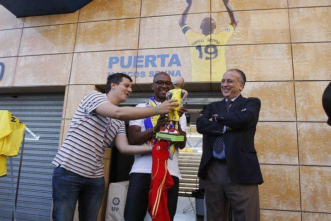 Marcos Senna y Fernando Roig, durante la despedida del jugador al...