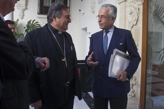 El obispo de Jerez, con el presidente de Tragsa, tras la firma del...