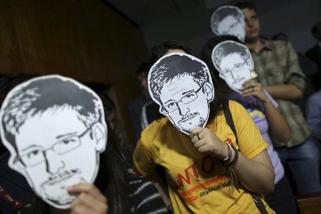 Varios jóvenes protestan en Brasilia con caretas del ex analista de...