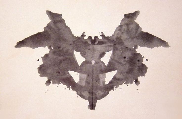 Una mariposa, una polilla, un murciélago o una mujer sin cabeza son las respuestas más inmediatas y rápidas a esta lámina. Por contra, si lo que ves es una máscara o la cara de un animal puede sugerir paranoia.