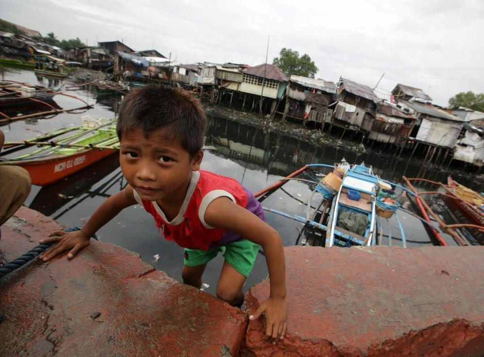 Un niño filipino en una aldea costera al sur de Manila (Filipinas).