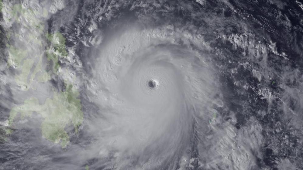 Imagen de satélite cedida por la Administración Nacional Oceánica y Atmosférica de Estados Unidos, que muestra el tifón 'Haiysan' acerándose a Filipinas por el Este.
