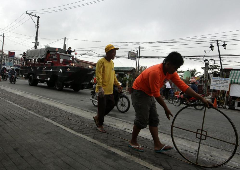 Un vehículo anfibio de rescate que transita por las calles de Manila.
