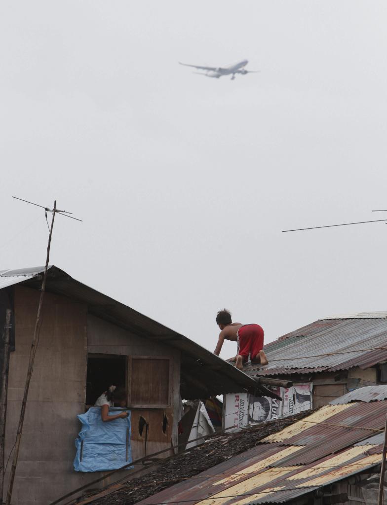 Residentes refuerzan sus viviendas ante la amenaza del tifón 'Haiyan'.