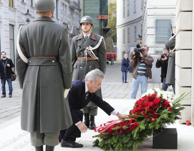 El presidente austriaco, Heinz Fischer, en el Monumento a las...