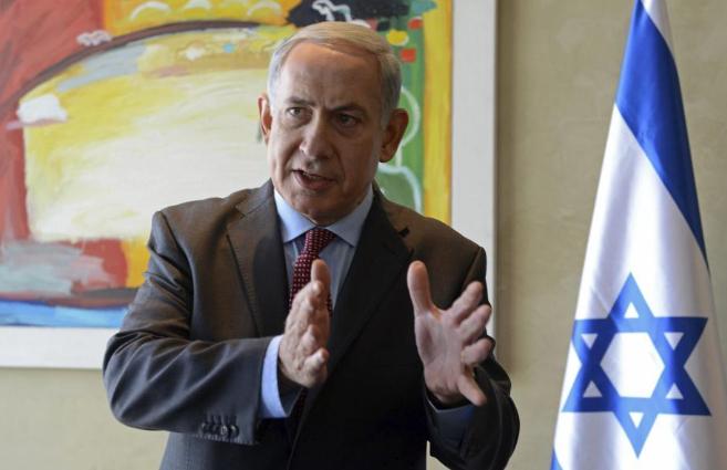 El primer ministro israelí, Benjamin Netanyahu, atiende a los medios...