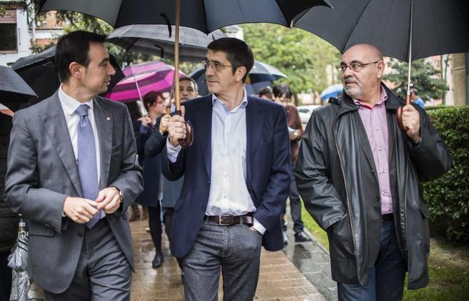 Patxi López, rodeado por los dirigentes socialistas Mikel Torres y...