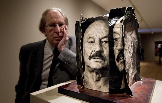 Alberto Schommer, junto a fotos del poeta José Hierro en una...