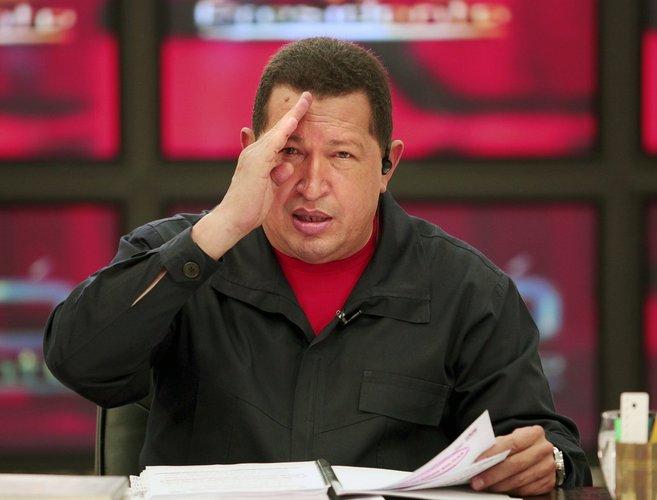 El fallecido Hugo Chávez, durante la transmisión de su programa...