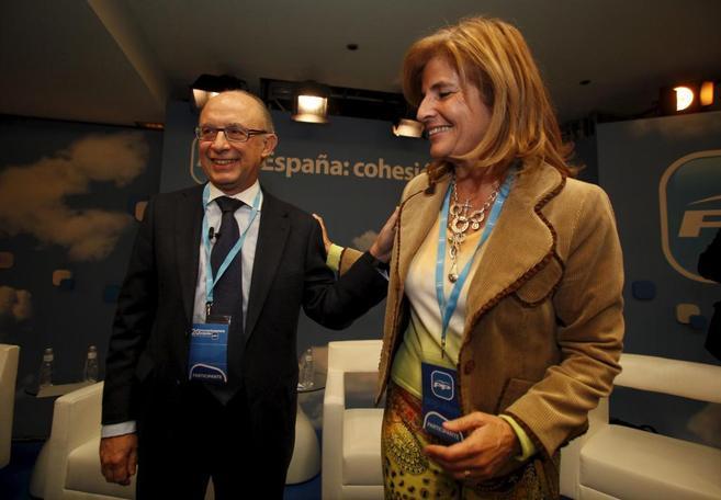 El ministro de Hacienda, Cristóbal Montoro, junto a la diputada del...