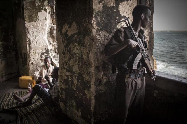 Hombres armados vigilan las aguas desde el Faro de Mogadiscio...