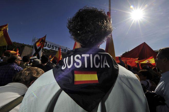 Un asistente a la manifestación en Madrid contra la derogación de la...