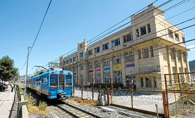 Un tren pasando frente a la antigua fábrica de armas de Gernika.
