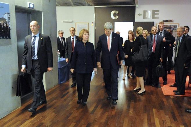 Ashton y Kerry, en los pasillos del Palacio de la ONU en Ginebra.