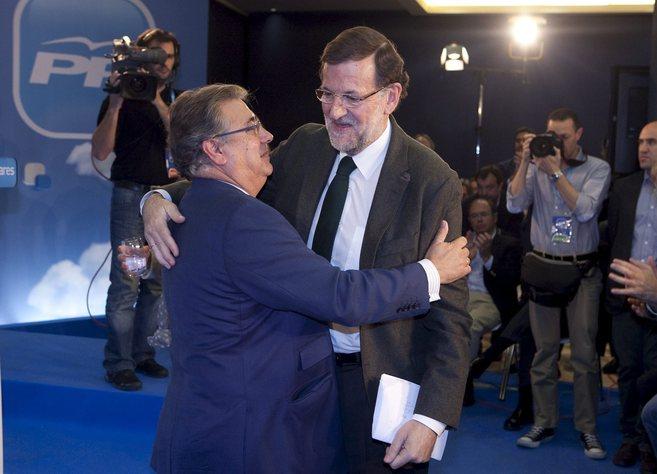 Mariano Rajoy y Juan Ignacio Zoido se abrazan en la 20ª...