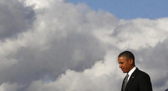Barack Obama baja del Air Force One a su llegada al aeropuerto...