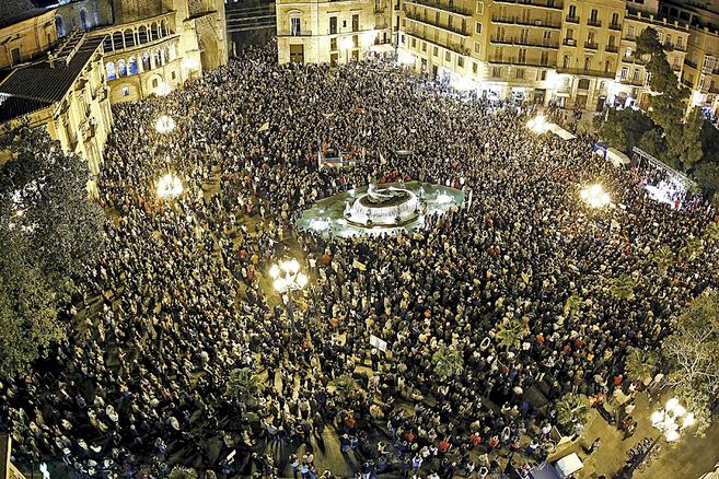 Miles de personas llenan la plaza de la Virgen en protesta por el...
