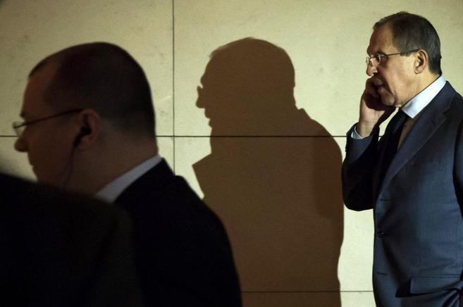 El minsitro de Exteriores ruso Sergei Lavrov habla por el móvil...