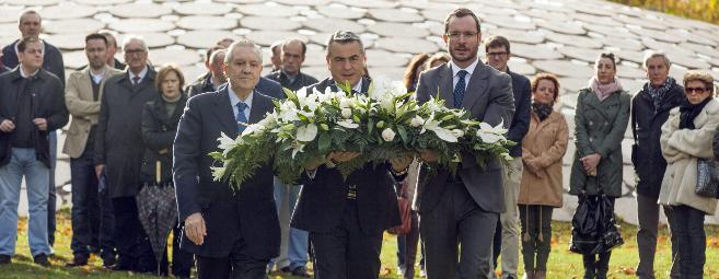 Representantes del PP, con una corona de flores para las víctimas.
