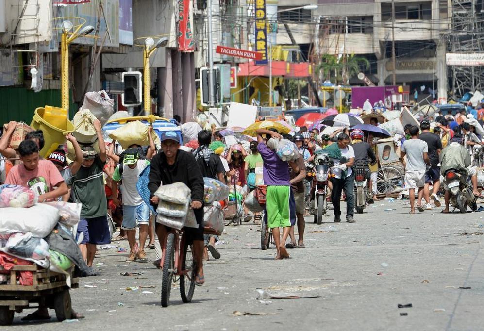 La ciudad de Tacloban trata de volver a la normalidad en medio de la devastación.