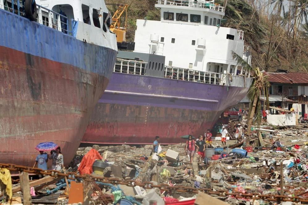 Barcos encallados por efecto de la enorme fuerza de los vientos de Haiyar.