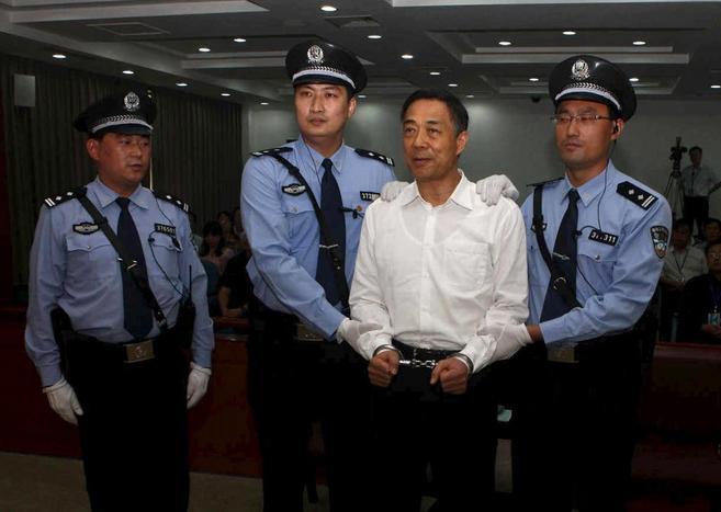 El ex dirigente chino escoltado por la policía durante la última del...