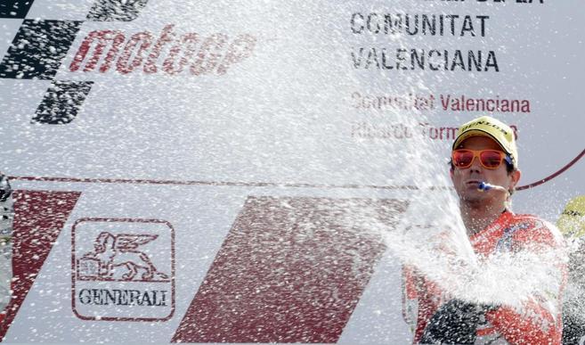 Nico Terol celebra su victoria en Cheste.
