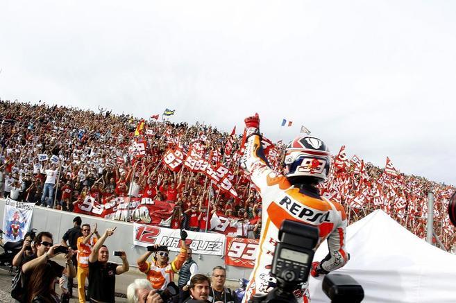 Marc Márquez celebra su título en Valencia.