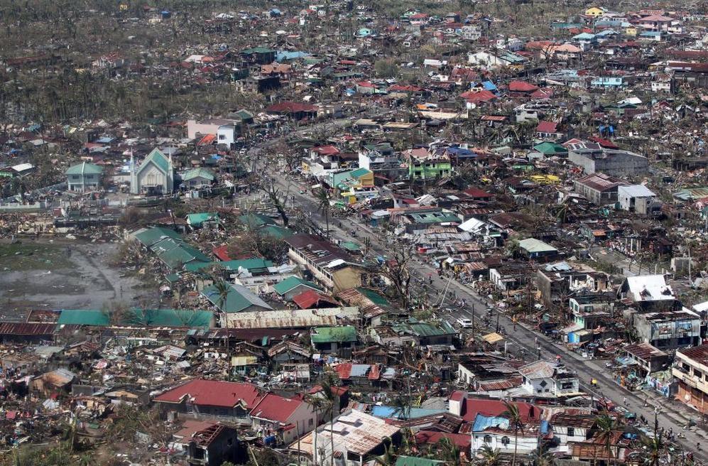 Vista aérea de los daños causados por el tifón en la isla de Leyte.