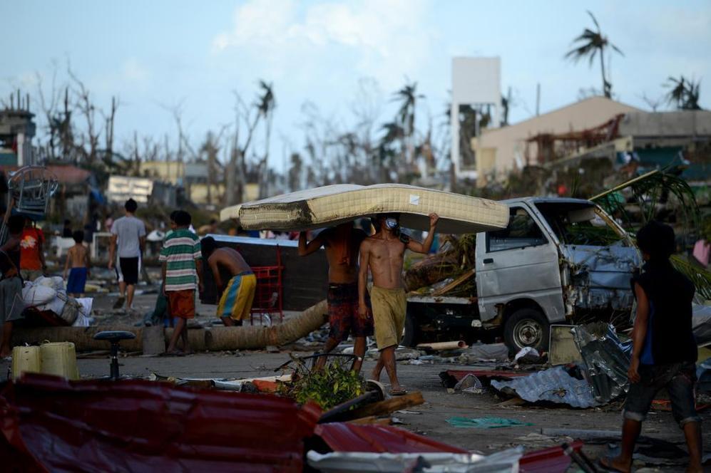 Los supervivientes trasladan algunas pertenencias en medio del caos.