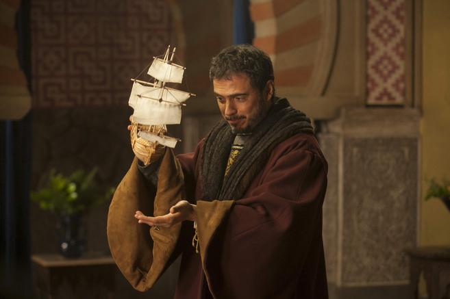 El actor Julio Manrique, caracterizado como Colón para la serie...