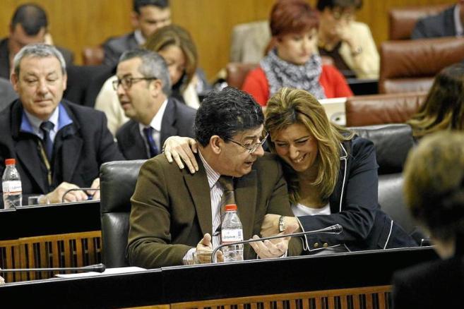 Diego Valderas charla con Susana Díaz durante un pleno en la cámara...