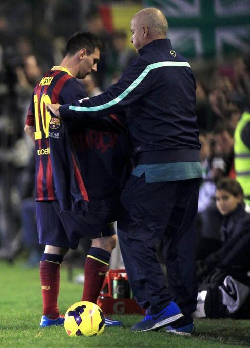 Messi se retira lesionado del Benito Villamarín.