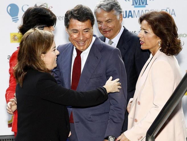 Soraya Sáenz de Santanaría saluda a Ignacio González en presencia...