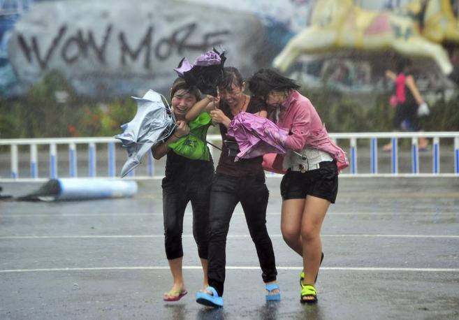 Tres mujeres tratan de protegerse de los efectos del...